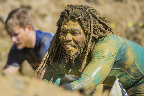 حضور 3 هزار شرکت کننده در مسابقه دو 8 کیلومتری با مانع در گل و لای – لندن