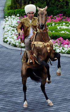 قربانقلی بردی محمد اف رییس جمهور ترکمنستان سوار بر اسب در جشنواره بین المللی انتخاب اسب زیبا در شهر عشق آباد