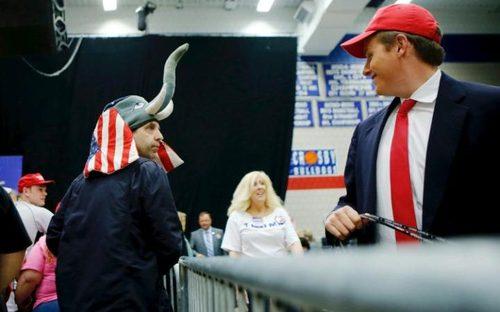 اجتماع هواداران دونالد ترامپ نامزد جنجالی جمهوریخواه برای انتخابات ریاست جمهوری آمریکا در دبیرستانی در شهر واتربری در ایالت کانتیکت
