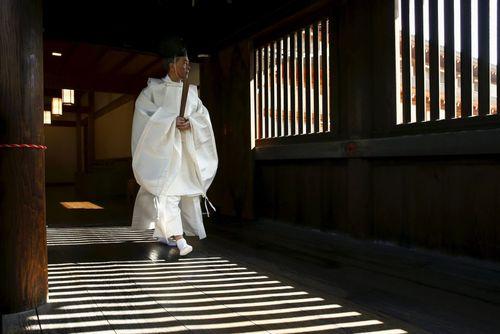 انتظار یک راهب برای حضور مقامات دولتی در معبد یاساکونی در توکیو