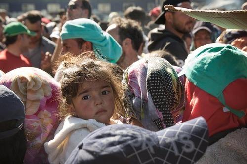 اجتماع پناهجویان برای دریافت میوه و غذا در مرز یونان و مقدونیه