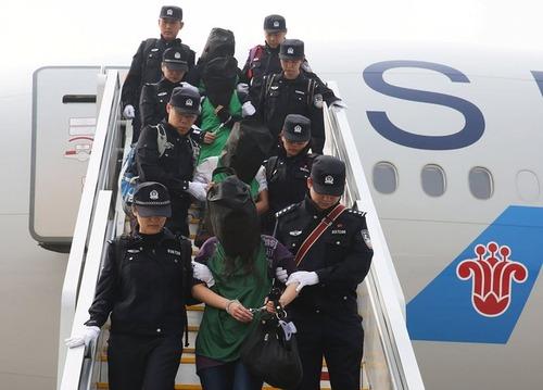 انتقال مظنونان به کلاهبرداری دیپورت شده از کنیا به فرودگاه بین المللی پکن