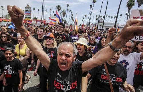 تظاهرات صدها ارامنه در بلوار هالیوود شهر لس آنجلس در صدویکمین سالگرد واقعه کشتار ارامنه از سوی امپراتوری عثمانی