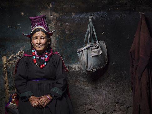 یک زن تنهای تبتی در خانه
