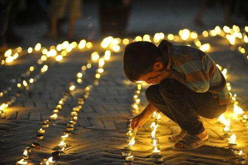 روشن کردن شمع در نخستین سالگرد زلزله نپال – کاتماندو