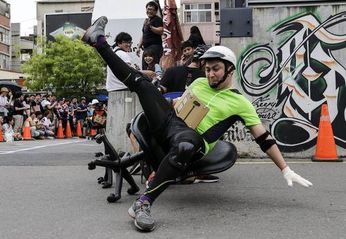 مسابقات حرکت با میز کار در شهر تاینان تایوان