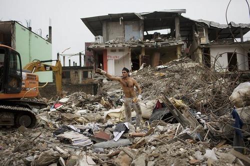 برداشتن آوارهای زلزله – اکوادور