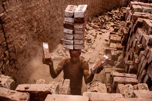 کارگر کارگاه آجر سازی – داکا بنگلادش