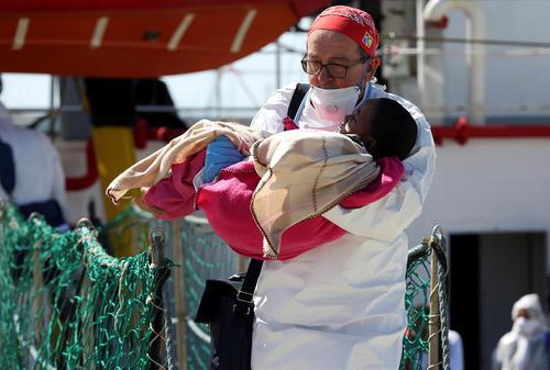 یک پزشک ایتالیایی یک کودک پناهجو را در آغوش گرفته است – جزیره سیسیل