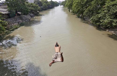 پرش به رودخانه در گرمای کلکلته