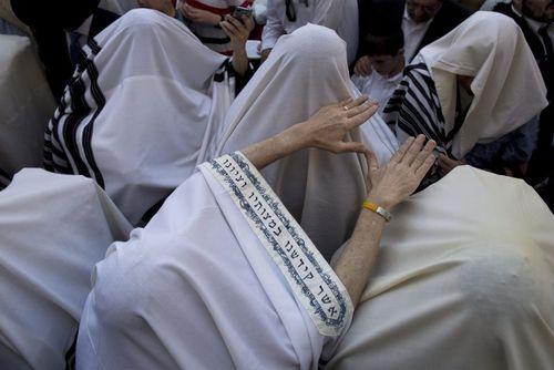 یهودیان ارتدوکس در حال اجرای آیین های مذهبی عید فصح در مقابل دیوار غربی – قدس
