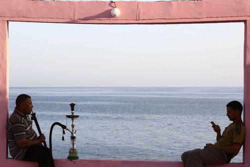 کافه ای در شهر بندری الوجه عربستان در کرانه دریای سرخ
