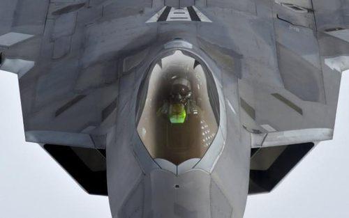 سوخت گیری یک جنگنده اف 22 آمریکایی بر فراز رومانی