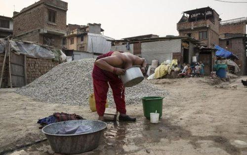 حمام گرفتن در شهر زلزله زده باختاپور نپال