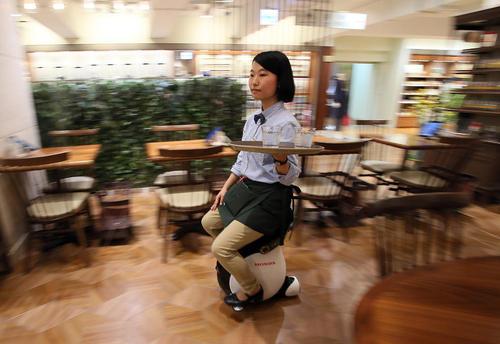 ماشین طراحی شده هوندا موتور برای گارسون های کافه ها و رستوران های بزرگ – کافه  حاجیمارینو در شهر توکیو
