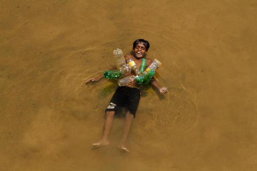 دراز کشیدن در رود دایا در بوبانسوار هند
