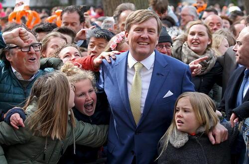 ویلیام الکساندر پادشاه هلند در مراسم روز پادشاه در جمع مردم شهر وول هلند