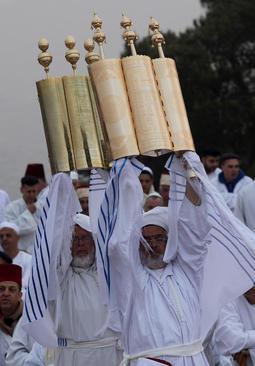 کشیشان جامعه سامریان باستان فلسطین در حال حمل نسخه های تورات به بلندای یک کوه در نزدیکی نابلس در چارچوب آیین های عید فصح