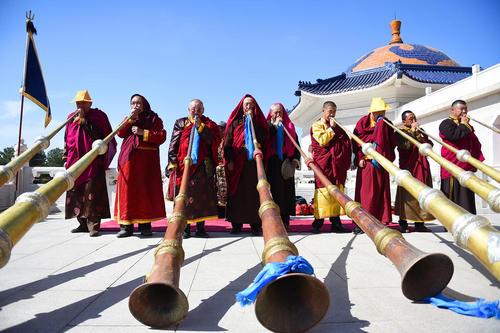 مراسم آیینی قربانی کردن در مقبره چنگیز خان مغول . این مراسم از سال 2006 در لیست یکی از میراث معنوی در چین قرار گرفته است– منطقه مغول نشین شمال چین