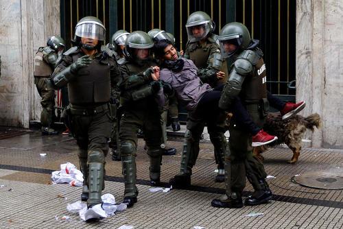 دستگیری دانشجویان معترض به نظام آموزشی شیلی در جریان تظاهرات دانشجویی در شهر سانتیاگو