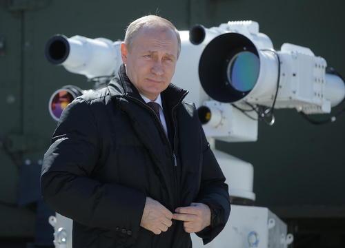 ولادیمیر پوتین رییس جمهوری روسیه در حال نظارت بر پرتاب فضا پیمای سایوز روسی