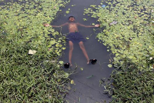خنک شدن در گرمای شهر کلکلته هند