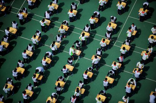 شطرنج چینی بین دانش آموزان در ایستگاه قطار شهر شنیانگ