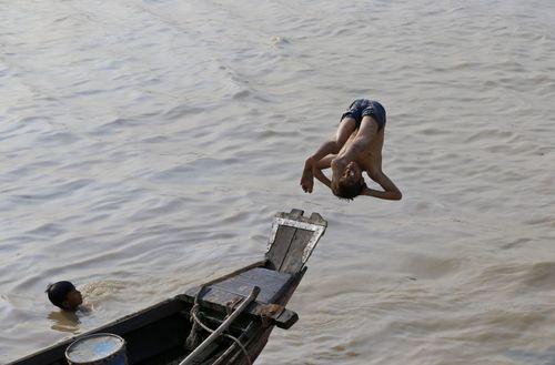 آب تنی در رودی در یانگون میانمار