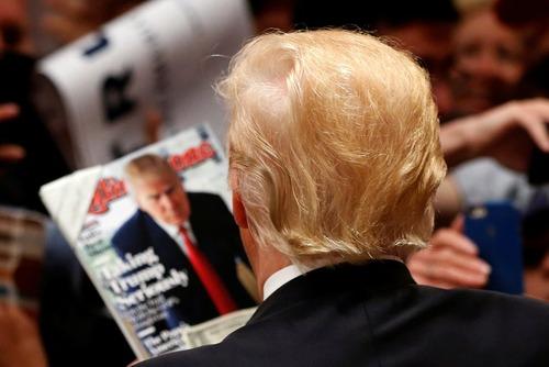 دونالد ترامپ نامزد جنجالی جمهوریخواه برای انتخابات ریاست جمهوری آمریکا در حال مطالعه مجله ای که تصویرش روی جلد آن شده است – کالیفرنیا