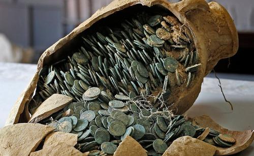 کشف 19 کوزه حاوی 600 کیلوگرم سکه برنزی و نقره ای متعلق به قرن چهارم میلادی در روستای توارس در نزدیکی شهر سویل اسپانیا