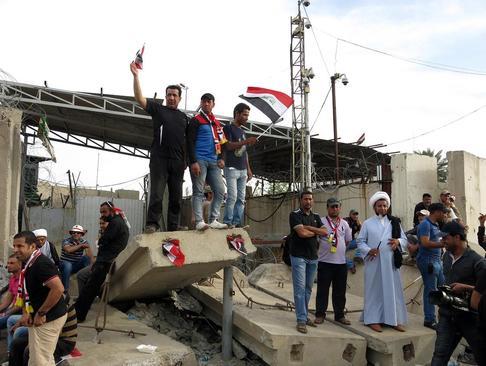 تجمع و حمله حامیان مقتدی صدر به اماکن دولتی در بغداد