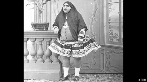 ناصرالدین شاه قاجار نه تنها همسران زیادی داشت، بلکه از این همسران فرزندان پرشماری نیز به دنیا آمدند. عصمتالدوله یکی از دختران ناصرالدین شاه بود. مادر عصمتالدوله، تاج الدوله (نوه فتحعلی شاه) از زنان