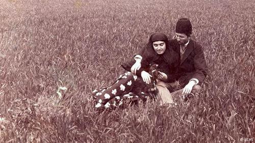 عصمت الملوک، فرزند دوم عصمت الدوله که در سال ۱۲۹۱ به دنیا آمد. تصویری از عصمت الملوک نوه ناصرالدین شاه و همسرش حسن مستوفیالممالک.