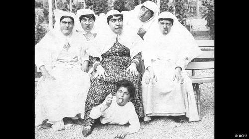 شطینت عصمت الملوک نوه ناصرالدین شاه (وسط عکس) و بستگان مقابل دوربین