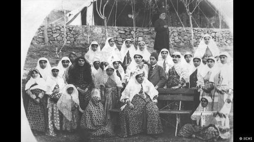 عصمتالدوله (وسط عکس نشسته روی صندلی) در کنار فرزندان خود فخرالتاج و دوستمحمد خان و سایر بستگان.