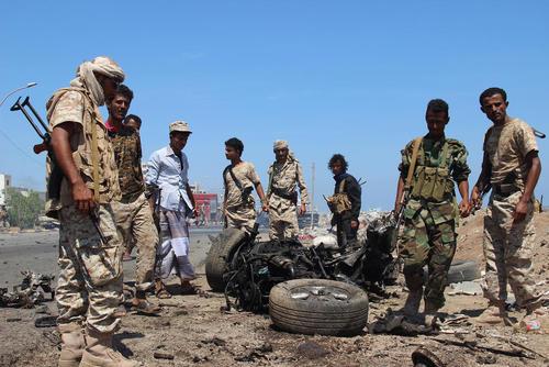 بقایای خودروی بمب گذاری شده در شهر بندری عدن در یمن