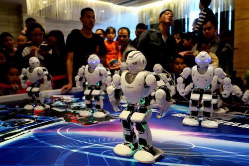 روبات در حال رقص در نمایشگاه روبات ها در شهر گویلین چین
