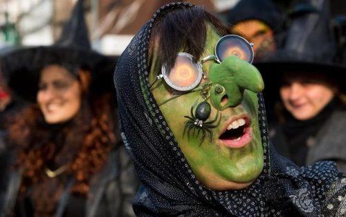 پوشیدن لباس و گریم جادوگری در جریان یک جشنواره در آلمان