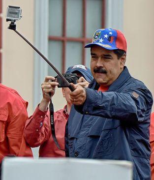 سلفی گرفتن نیکولاس مادورو رییس جمهوری ونزئلا در جریان تظاهرات روز جهانی کارگر در شهر کاراکاس
