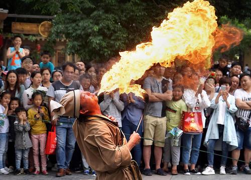 نمایش خیابانی در شهر کیفینگ چین
