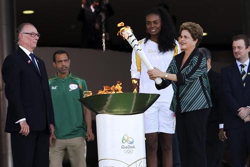 مشعل بازی های المپیک 2016 ریو در دستان دیلما روسف رییس جمهور برزیل- برزیلیا