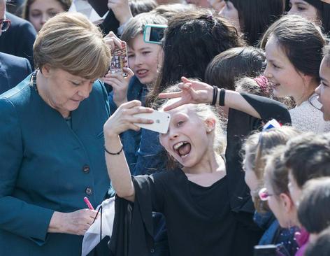 بازدید آنگلا مرکل صدر اعظم آلمان از مدرسه متوسطه فرانسوی در برلین همزمان با روز پروژه اتحادیه اروپا