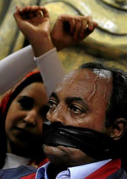 اعتراض روزنامه نگاران مصری به بازداشت روزنامه نگاران از سوی دولت در نشست خبری روز جهانی آزادی مطبوعات در سندیکای روزنامه نگاران مصر در قاهره