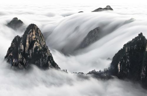 آبشار مه و ابر صبح گاهی بر فراز رشته کوههای زرد - چین