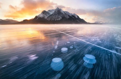 نور خورشید در اصابت با ذره های برف در دامنه رشته کوههای راکی