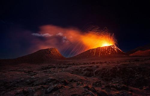 فوران آتش از آتشفشان جزیره ریونیون