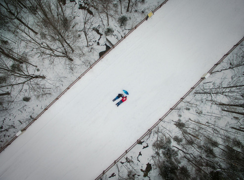 سلفی جالب نشسته بر یک پل پوشیده از برف