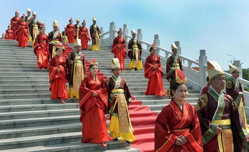 ازدواج دسته جمعی 20 زوج در روز جوان – چین