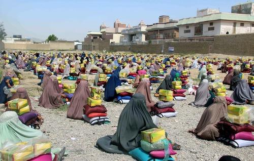 زنان افغان پس از دریافت بسته های کمکی از خیریه اسلامی