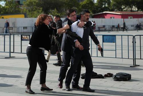 دستگیری یک فرد مسلح که قصد داشت در مقابل دادگاهی در استانبول به سمت جان دوندار سردبیر روزنامه جمهوریت ترکیه شلیک کند. در تصویر همسر دوندار و یک فرد دیگر این مرد را گرفته اند تا به نیروهای پلیس تحویل دهند